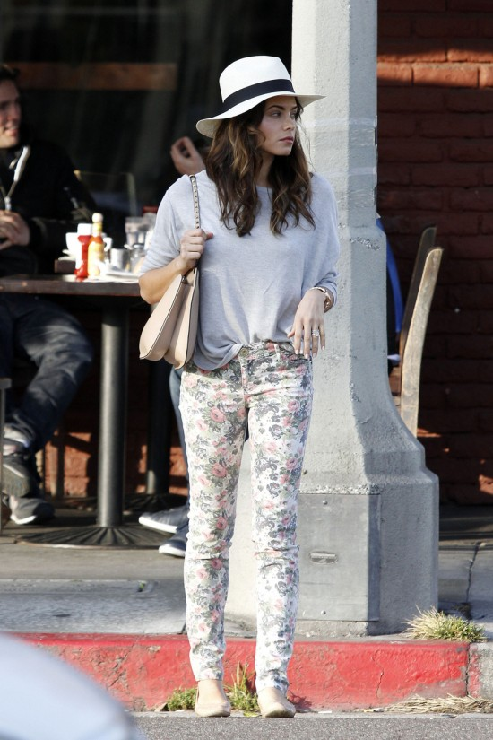Because of the loud print of floral jeans, you definitely don't want to overdue it with accessories and an even louder top. Jenna Dewan accessorizes her outfit perfectly with cute flats, a solid top and love the fedora!
