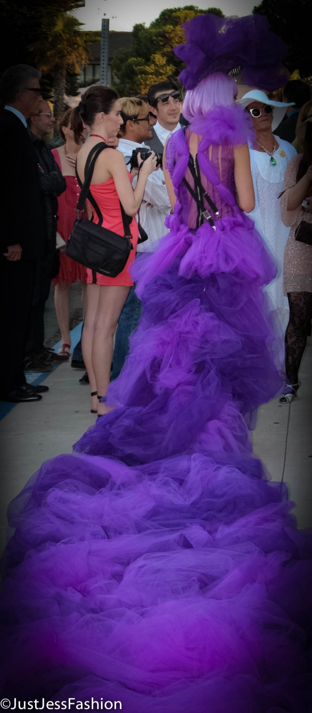 Now THAT is how you bring drama to a red carpet!